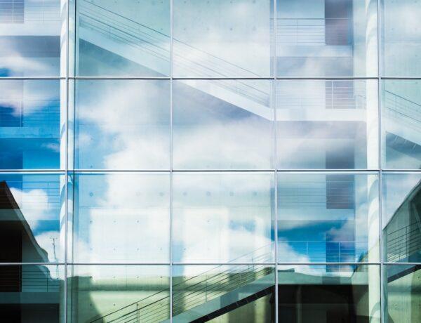 Mycie dachu, elewacji, przeszkleń biurowców – konserwacja przed zimą