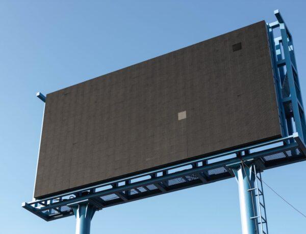 Montaż konstrukcji nośnych pod reklamy wielkoformatowe